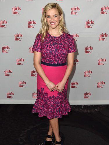 Reese Witherspoon con un vestido rosa en la gala Girls Inc en Los Angeles