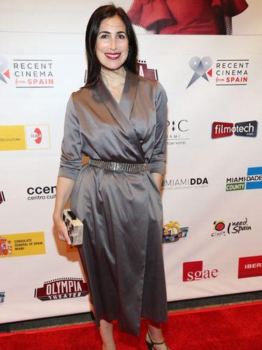Marina Seresesky con batín gris en la gala Cinema from Spain Film Series de Miami