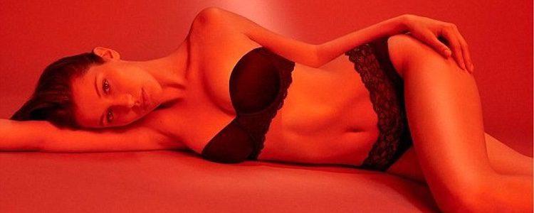 Bella Hadid con un conjunto de lencería negra para la nueva campaña de Calvin Klein