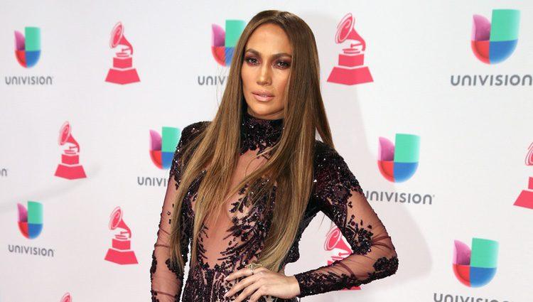 Jennifer Lopez con un mono negro de transparencias en la alfombra roja de los Latin Grammy 2016