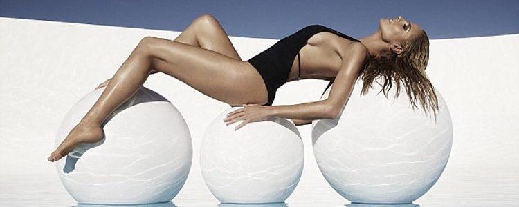 Heidi Klum con un bañador negro de su colección de baño para Bendon