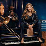 Gigi Hadid con unos pantalones palazzo de Tommy Hilfiger para Navidad 2016