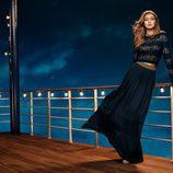 Gigi Hadid con una falda larga de Tommy Hilfiger para Navidad 2016