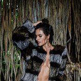 Alessandra Ambrosio posando con un abrigo de piel de Ale by Alessandra otoño/invierno 2016/2017