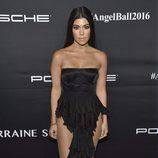Kourtney Kardashian con un vestido negro en la gala de la Fundación Gabrielle's Angel en Nueva York