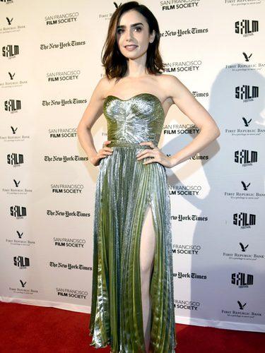 Lily Collins con un vestido brillante en la premiere de la serie 'Rules Don't Apply' en California