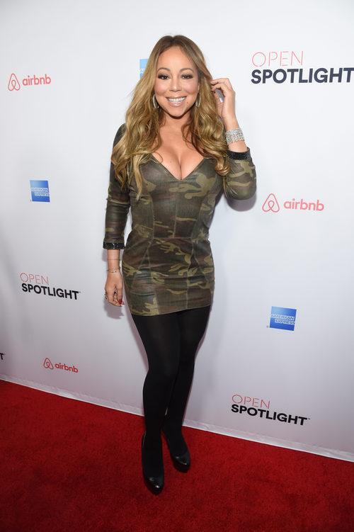 Mariah Carey con un vestido de camuflaje en  la gana anual Airbnb Open Spotligh en Los Ángeles