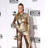 Heidi Klum con un mono dorado en los American Music Awards 2016