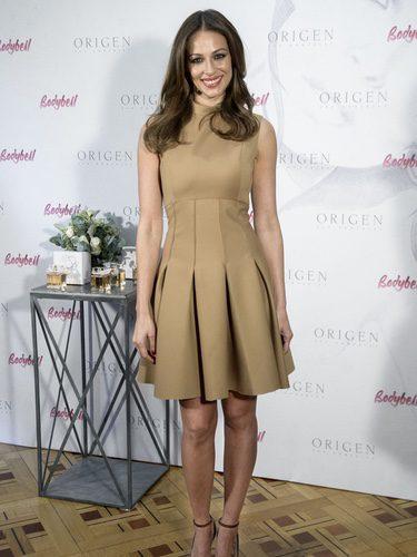 Eva González con un vestido color camel en la presentación de su perfume 'Orígen'