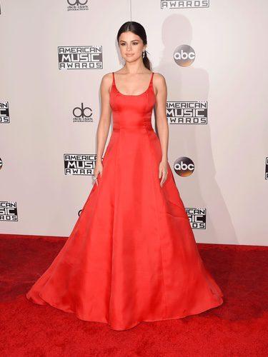 Selena Gómez con un vestido rojo intenso en los American Music Awards 2016