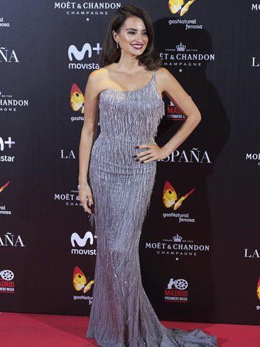 Penélope Cruz con un vestido plateado en la premiere de 'La reina de España'