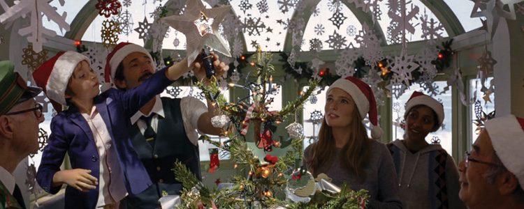 Actores celebrando la Navidad 2016 en el cortometraje de H&M