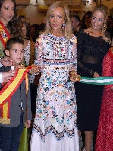 Carmen Lomana con un vestido floral en las fiestas de Ojén, Málaga