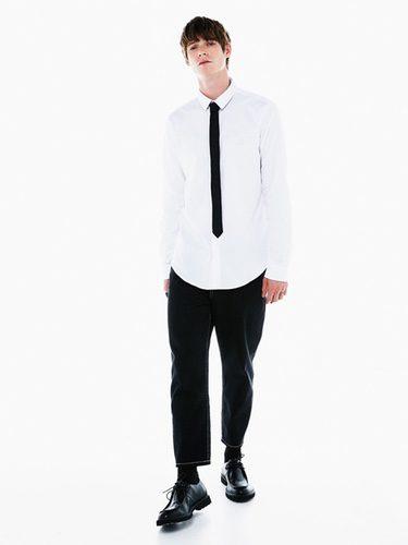 Camisa blanca y corbata fina de Bershka colección Navidad 2016