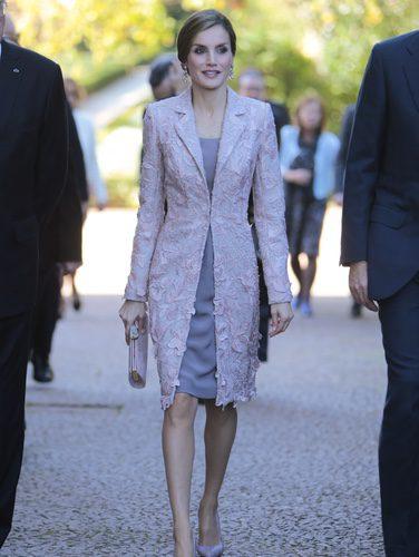 La Reina Letizia con un total look malva en su llegada a Portugal
