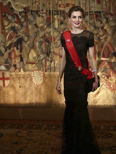 La Reina Letizia con un vestido negro de encaje y tul en una cena de gala en Portugal