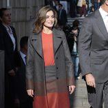 La Reina Letizia con un look informal en su viaje de Estado a Portugal