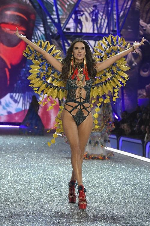 Alessandra Ambrosio con un look oriental en el Victoria's Secret Fashion Show 2016
