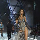 Bella Hadid con lencería gris en el Victoria's Secret Fashion Show 2016