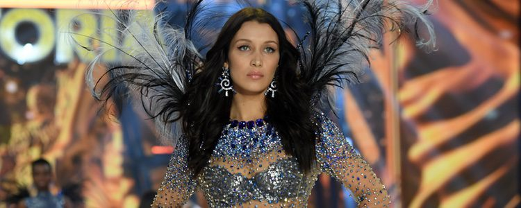 Bella Hadid con un conjunto brillante en el Victoria's Secret Fashion Show 2016