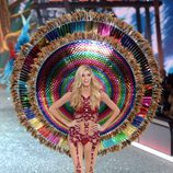Devon Windsor con un conjunto colorido en el Victoria's Secret Fashion Show 2016