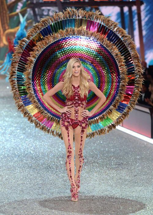 Devon Windsor con un conjunto colorido en el Victoria's Secret Fashion Show 2016