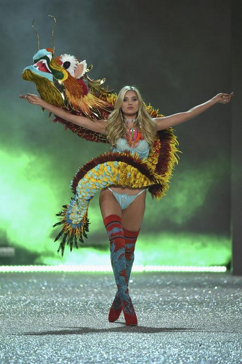 Elsa Hosk con un gran dragón en el Victoria's Secret Fashion Show 2016
