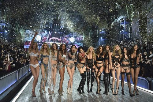 Ángeles del Victoria's Secret Fashion Show 2016 sobre la pasarela