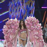Grace Elizabeth con grandes alas rosas en el Victoria's Secret Fashion Show 2016