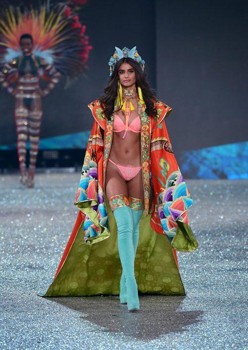 Taylor Hill con botas de color celeste en el Victoria's Secret Fashion Show 2016