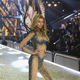 Stella Maxwell con un conjunto brilly en el Victoria's Secret Fashion Show 2016