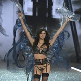 Sara Sampaio con un conjunto de color negro en el Victoria's Secret Fashion Show 2016