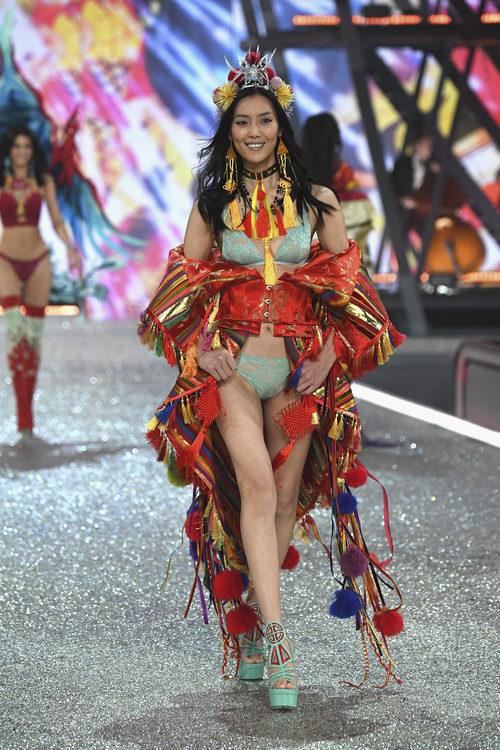Liu Wen con lencería oriental en el Victoria's Secret Fashion Show 2016