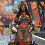 Lais Ribeiro con una capa colorida en el Victoria's Secret Fashion Show 2016