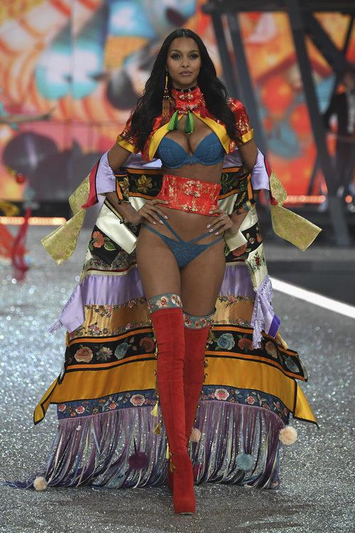 Lais Ribeiro con una capa colorida en el Victoria's Secret Fashion Show 2016