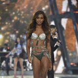 Jasmine Tookes desfilando con el Fantasy Bra en el Victoria's Secret Fashion Show 2016