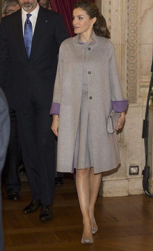 La Reina Letizia con un total look gris en su visita a la Embajada española en Portugal