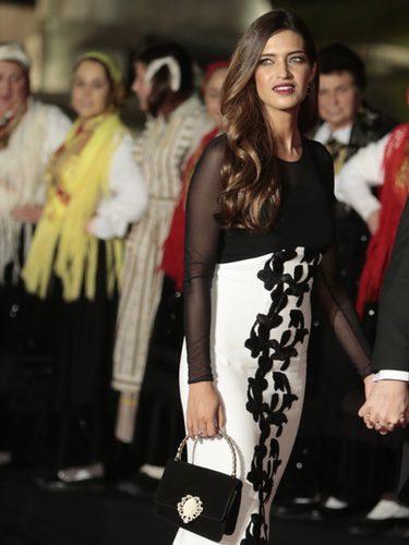 Sara Carbonero con un vestido bicolor en la cena de gala en honor a los Reyes de España en Portugal