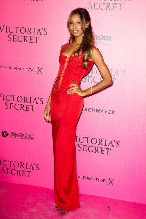 Jasmine Tookes con un vestido rojo intenso en el photocall del Victoria's Secret Fashion Show 2016