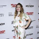Drew Barrymore con un vestido floral en una conferencia en Los Ángeles