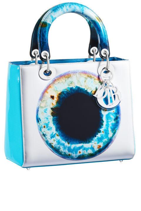 Bolso azul y blanco de la colección 'Lady Art' de Dior