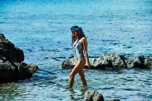 Alessandra Ambrosio con un bañador azul de su firma Ale by Alessandra