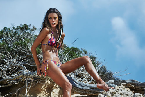 Alessandra Ambrosio con un bikini de estampado en color rosa de Ale by Alessandra