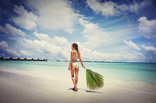 Alessandra Ambrosio con un bañador azul celeste de Ale by Alessandra