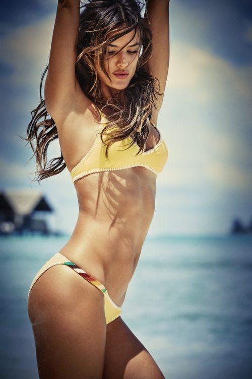 Alessandra Ambrosio con un bikini amarillo de Ale by Alessandra