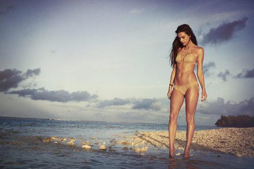 Alessandra Ambrosio con un bikini camel de su firma Ale by Alessandra