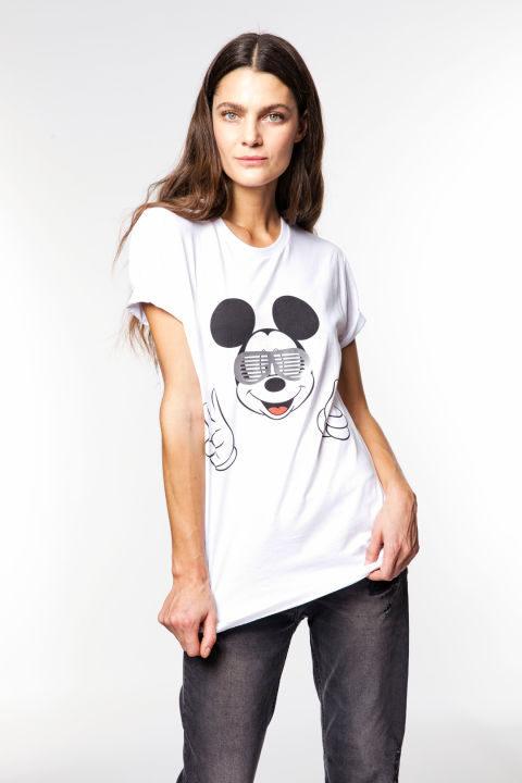 Marina Pérez con la camiseta de Mickey Mouse solidaria de Alvarno