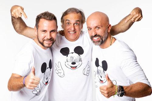 Álvaro Castejón, Arnaud Millard y Paco Arango con la camiseta solidaria de Alvarno