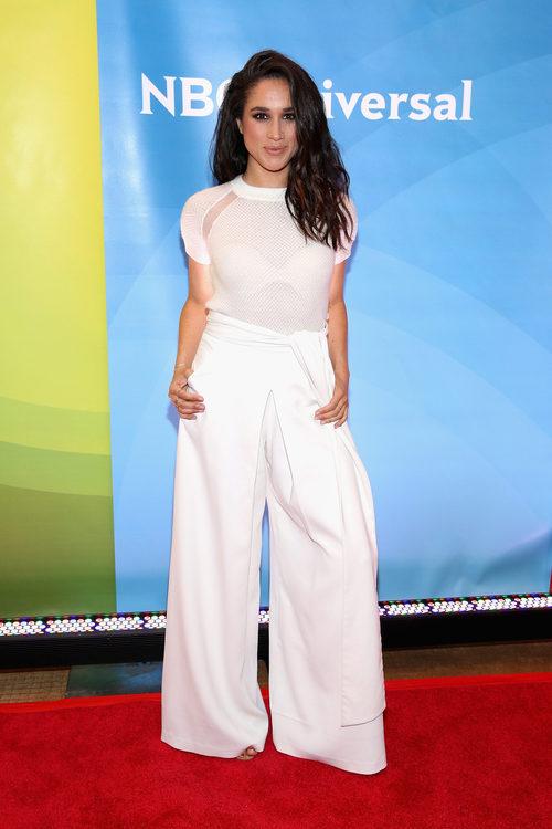 Meghan Markle con un total look white en la NBC de Nueva York en 2015