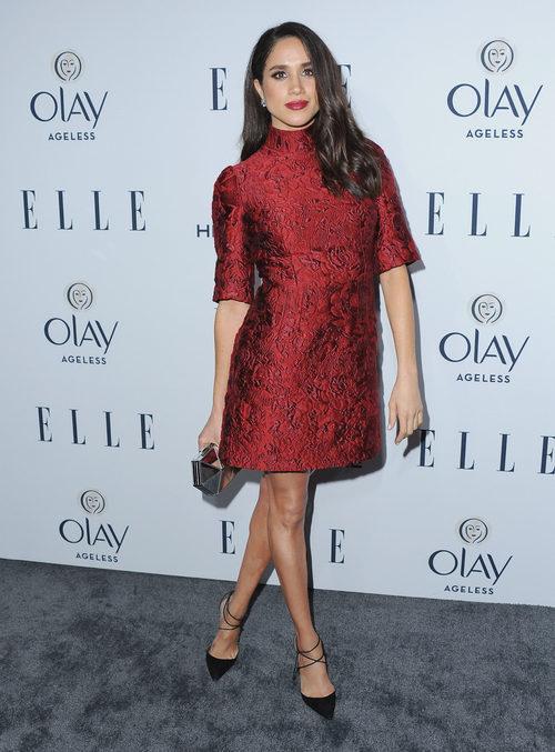 Meghan Markle con un vestido rojo en la fiesta Women in Television de ELLE 2016